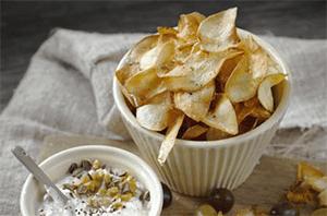 Krosse Pastinaken-Chips mit Ricotta-Oliven-Dip