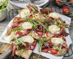 Teigfladen mit Erdbeeren und Ziegenkäse