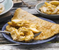 Pfannkuchen mit Apfelspalten in Calvados