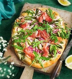 Pizza mit Rucola und Schinken
